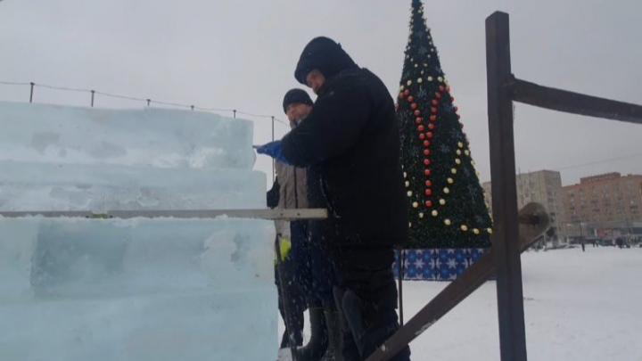 Дед Мороз и трон для фото: возле ёлки перед администрацией Архангельска появятся ледовые скульптуры