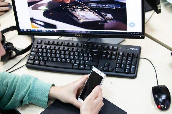 Сотрудники фирмы после диагностики оценили ремонт телефона в восемь тысяч рублей