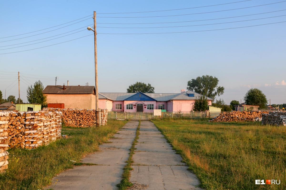 Школа в деревне вполне ухоженная— не хуже, чем в райцентрах