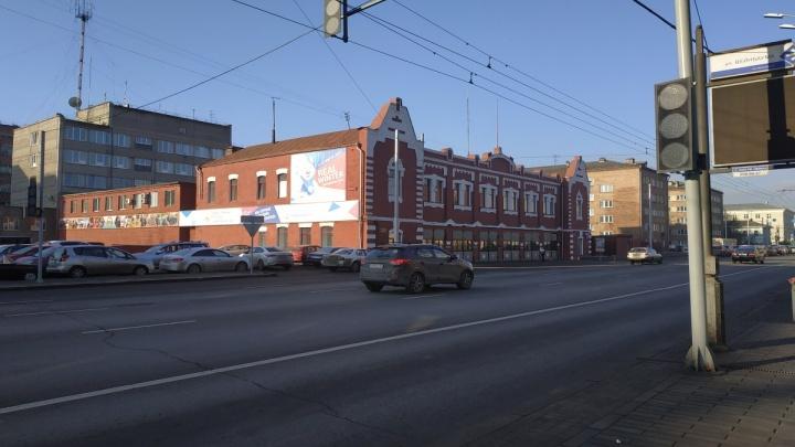 В центре на Ленина в квартале между перекрестками воткнули дополнительный светофор