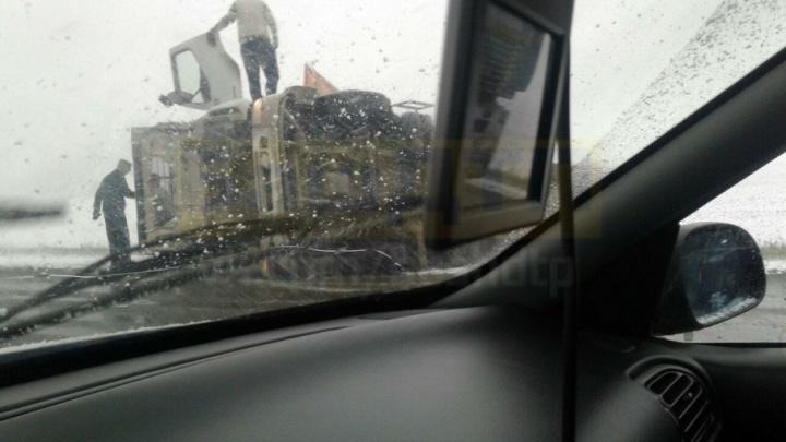 На трассе в Башкирии перевернулся грузовик