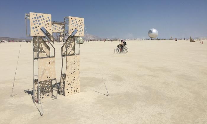 Эту скульптуру в разобранном виде екатеринбуржцы провезли через половину земного шара