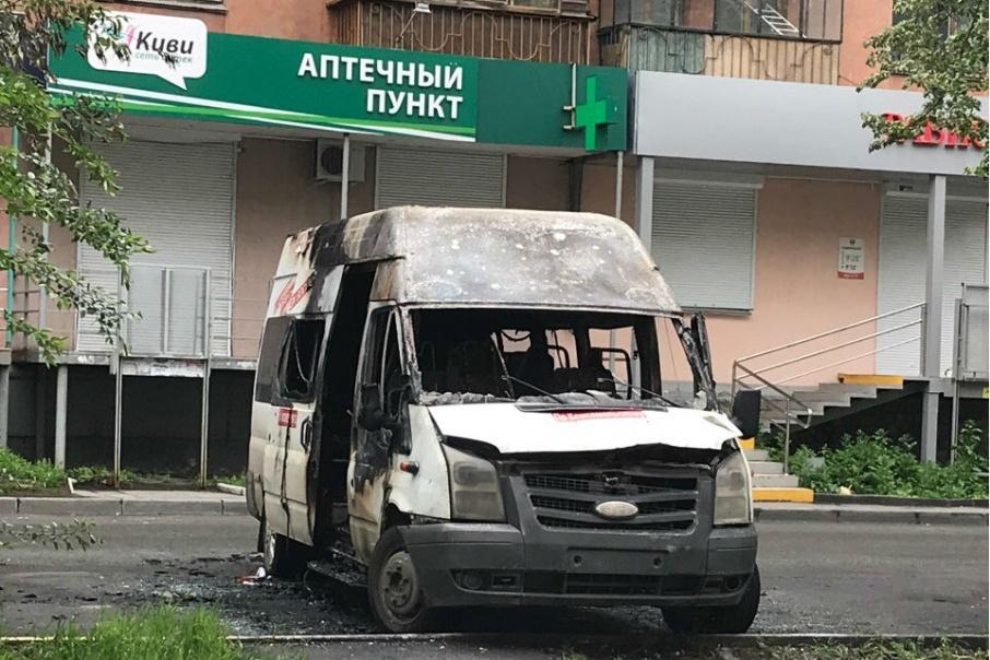 Пользователи соцсетей предполагают, что микроавтобус подожгли