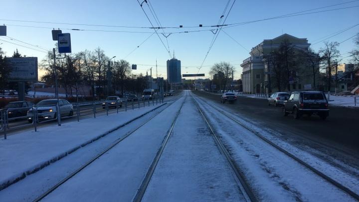 Минус за окном и ледяная корка на дорогах: челябинцев утром встретил заснеженный город