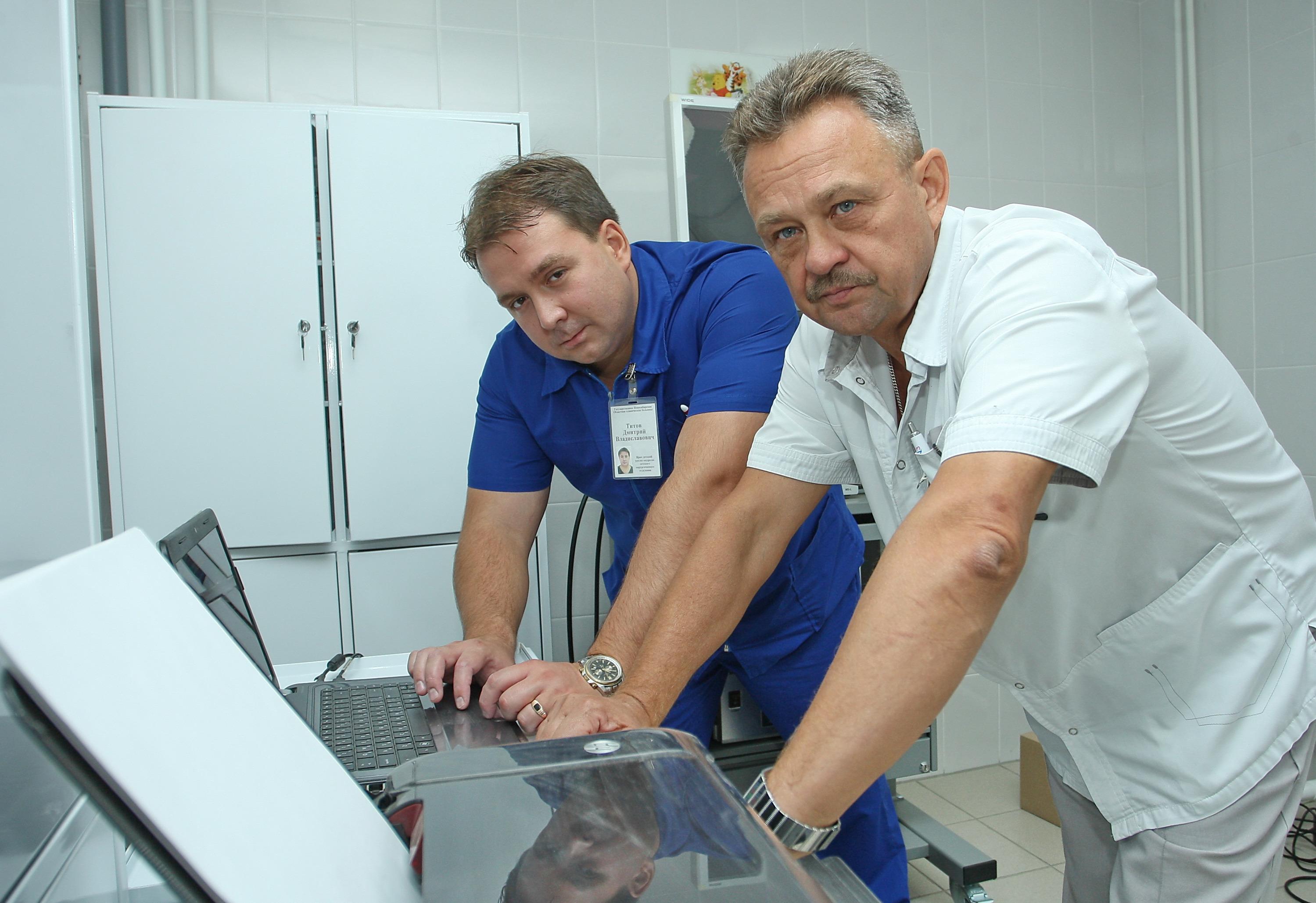 Новосибирская областная больница переманила Титова из Томска — чтобы он развивал детскую урологию. На фото — со своим руководителем,заведующим детским хирургическим отделением Алексеем Грамзиным