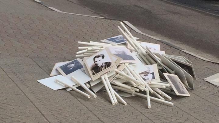 Ярославцы сфотографировали плакаты «Бессмертного полка» на дороге