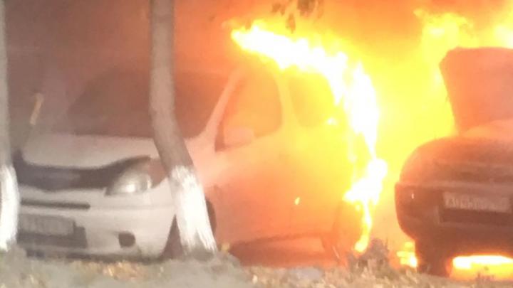Видео: на Плановой вспыхнули две машины