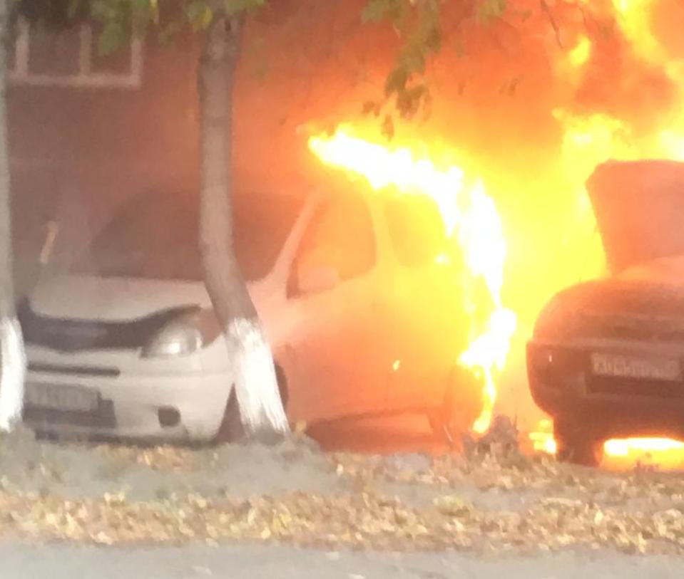 Автомобили загорелись рядом с остановкой «Плановая» на парковке недалеко от дороги