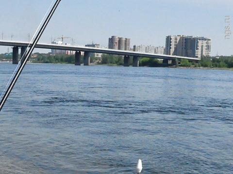 Парень с девушкой на мотоцикле разбились в ДТП на съезде с Октябрьского моста
