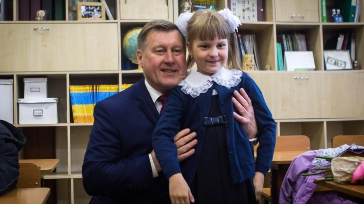 Фото: мэр Новосибирска отвёл свою внучку в первый класс