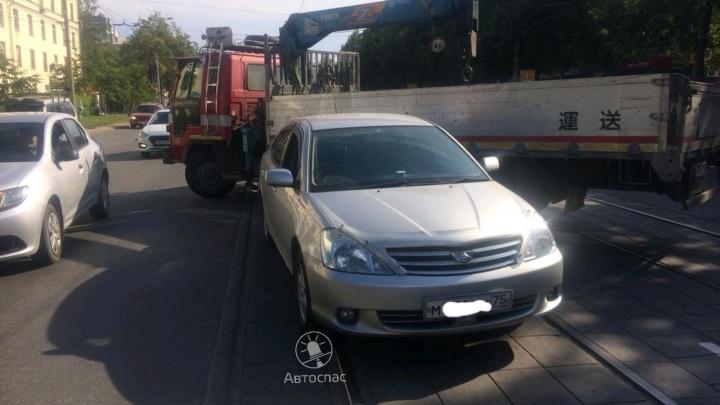 На Богдана Хмельницкого встали трамваи: самогруз врезался в «Тойоту» на путях