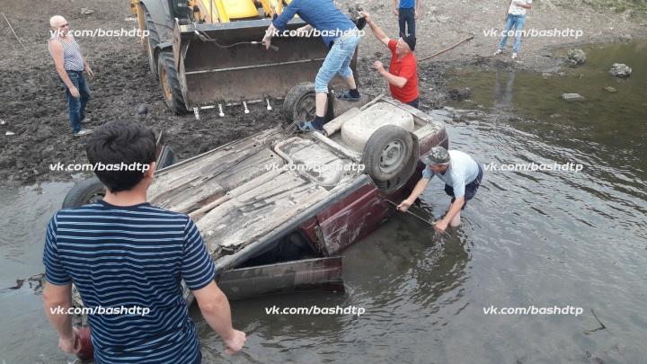 Смертельная авария: на сельской дороге в Башкирии легковушка перевернулась на крышу