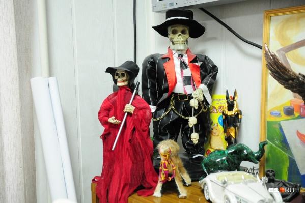 Черный юмор похоронщиков — фигурки с изображением Смерти в офисе компании