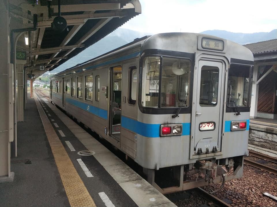 Вот тот самый одновагонный поезд. Обычно школьники ездят на нем на учебу в соседний городок