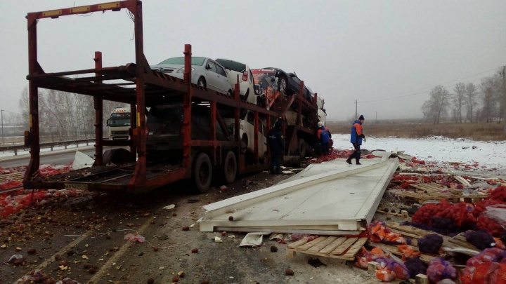На трассе «Иртыш» столкнулись фуры: с овощами и автомобилями