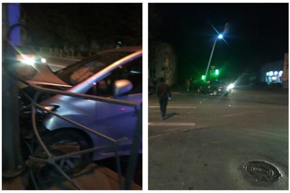 От удара одну из машин отбросило в столб