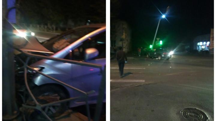«Нёсся на красный по встречке»: в Октябрьском районе столкнулись две иномарки