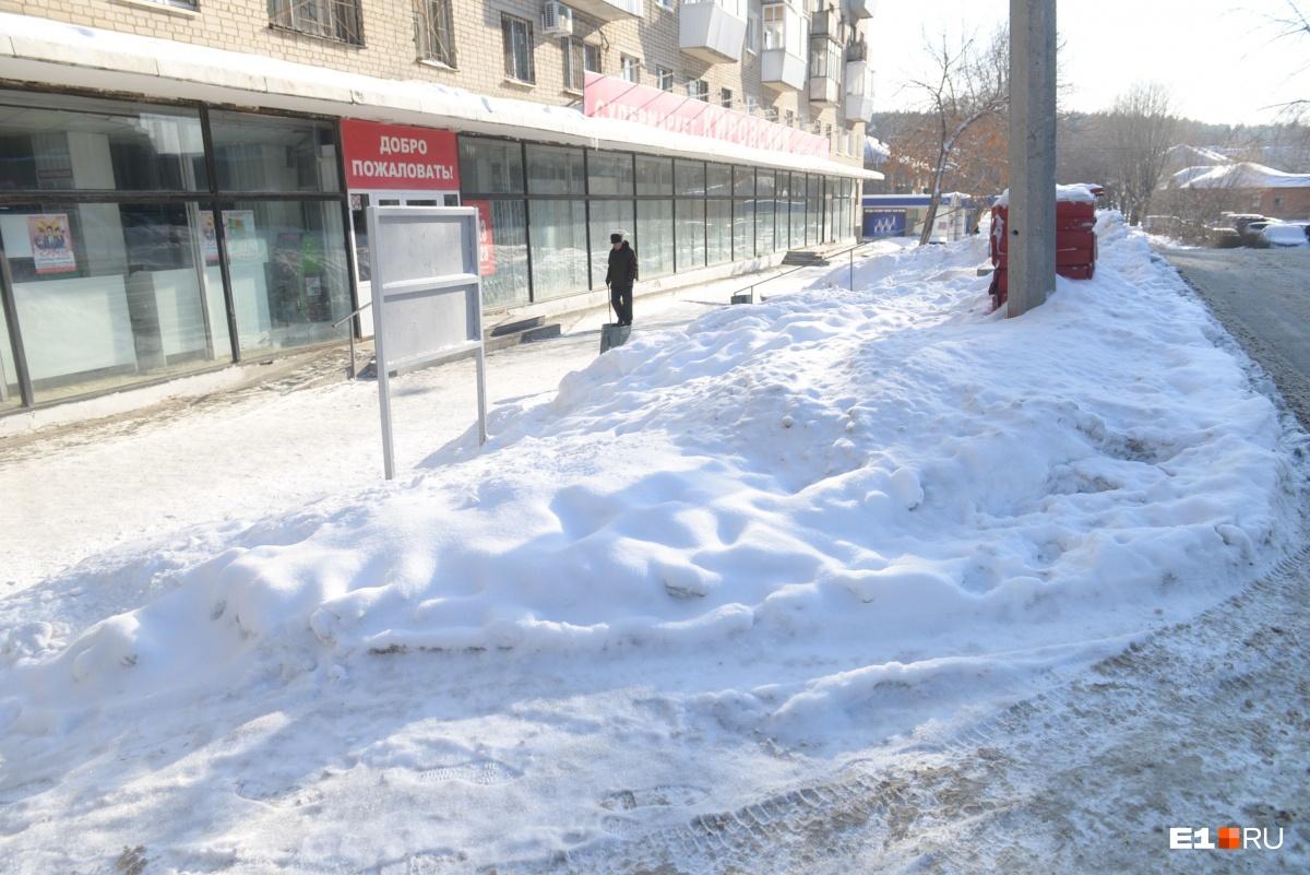 На Эльмаше убрали снег, который сняла на видео недовольная бабушка. Оставшийся за кадром не тронули