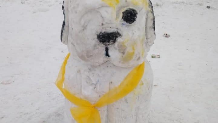 """Одноглазый пёс и синий снеговик: в ледовом городке у """"Дирижабля"""" слепили странные фигуры из снега"""