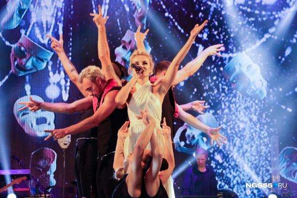 Полина Гагарина и ее подтанцовка исполнили несколько номеров