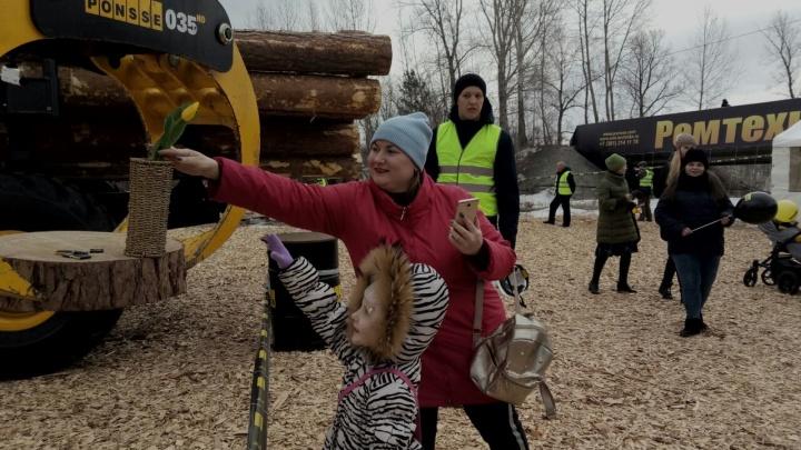 Огромные лесозаготовительные машины дарят цветы и шарики девушкам на Татышеве
