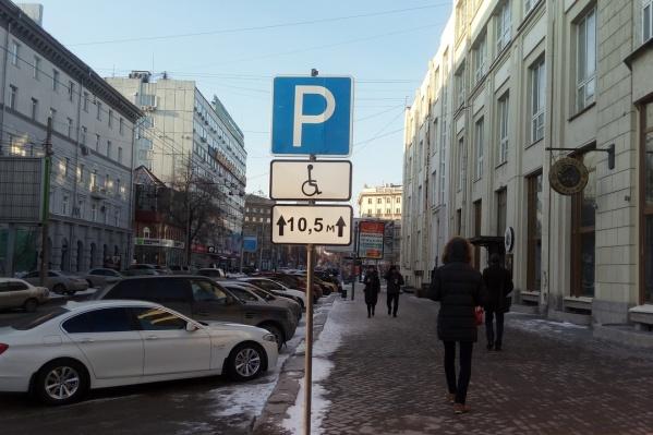 Раньше знак был повёрнут таким образом, что его было не видно при движении по Советской