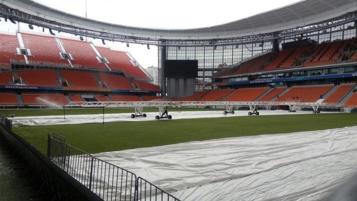 На «Екатеринбург Арене» засеяли и полили поле перед матчем «Урала» и «Зенита»