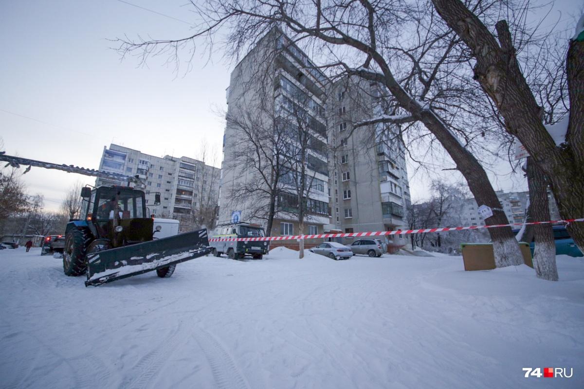 Место коммунальной аварии окружили лентой, там продолжают работать специалисты