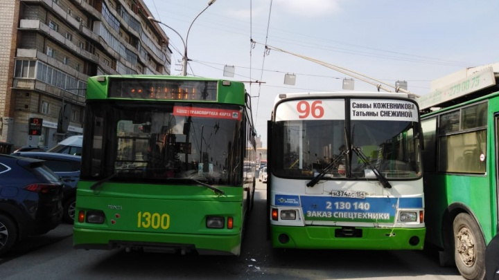 Автобус и троллейбус столкнулись у Дома офицеров