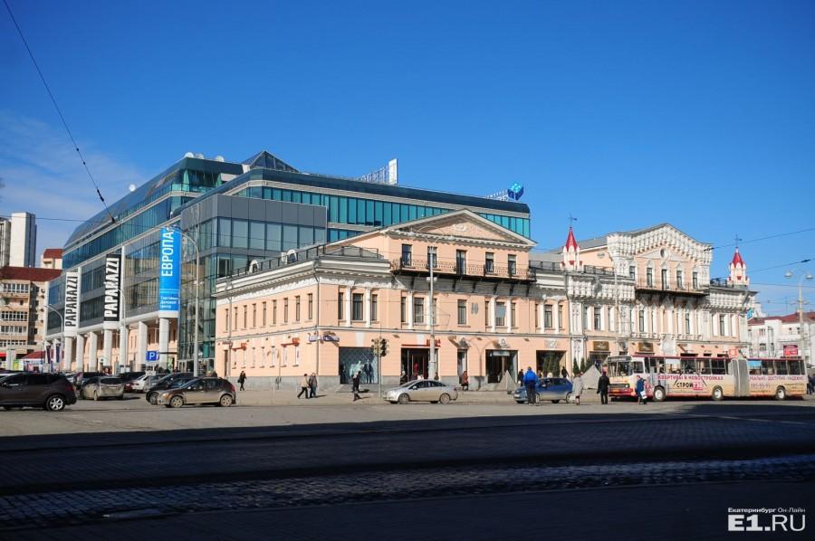 Над домом купцов вырос стеклянный торговый центр