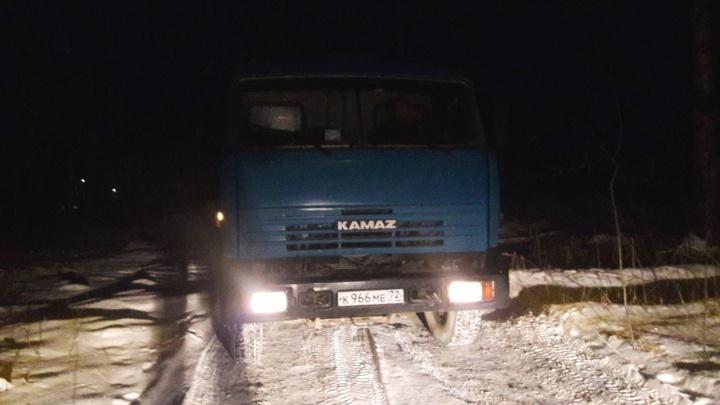 Тюменцы сняли на видео машину компании «Мостострой-11», свернувшую в лес, чтобы слить остатки бетона