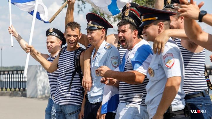 «В фонтанах не купались»: моряки оккупировали центр Волгограда и побратались с полицией