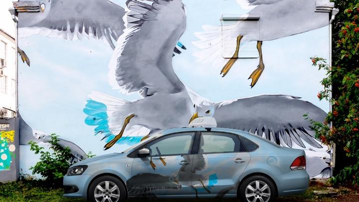 Тачки с картинки! В Екатеринбурге появились 10 такси с известными граффити: показываем фотографии