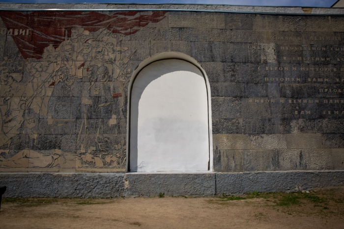 Так выглядит стена в сквере Героев Революции сейчас