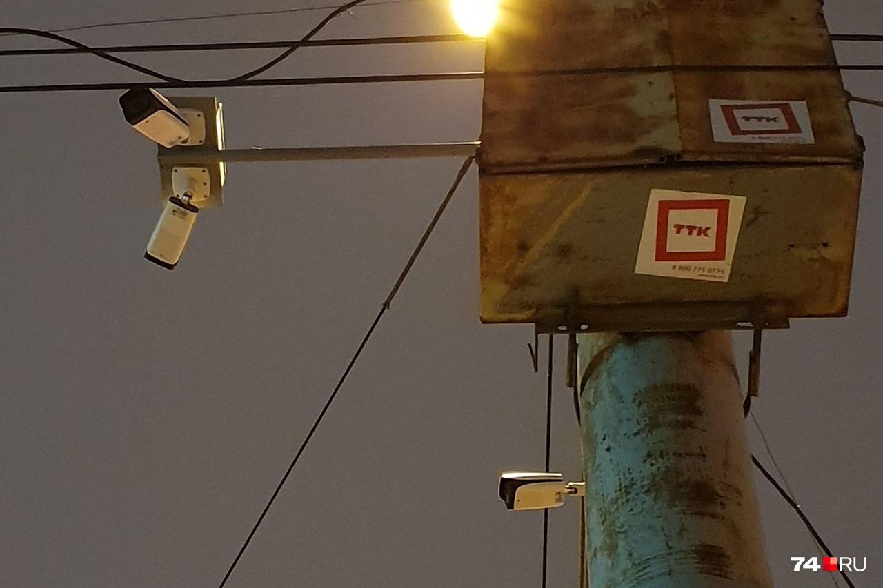 А вот необычные камеры челябинской компании «Диджитал Патрол»: они устанавливаются на небольших консолях и распознают все нарушения в визуальном режиме. Фото сделано на пересечении улиц Братьев Кашириных и 40-летия Победы