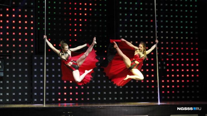 Малефисента, вампиры и Чёрный лебедь на пилоне: в Омске прошли соревнования по pole dance