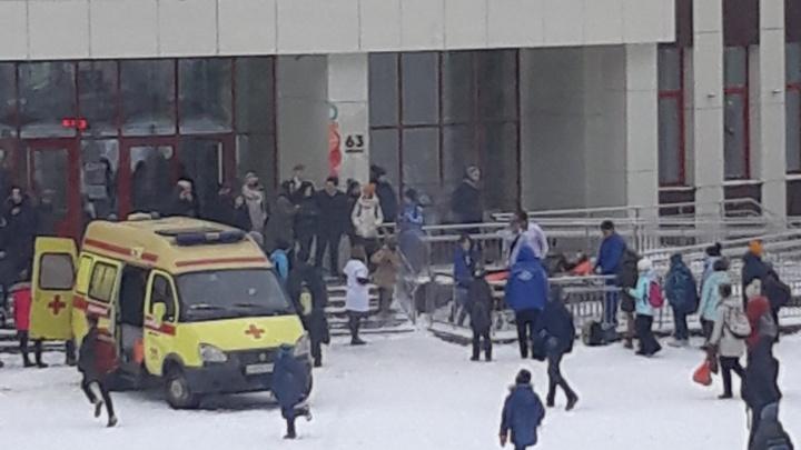 Вывезли из школы на каталке: в Тюменидесятикласснице стало плохо на уроке, подозрение на инсульт