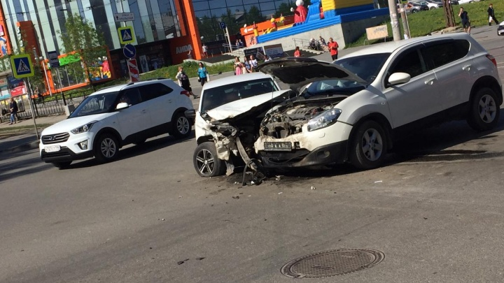 У ТЦ «Аида» в Пионерском на одном и том же месте произошли две аварии за день, есть пострадавший
