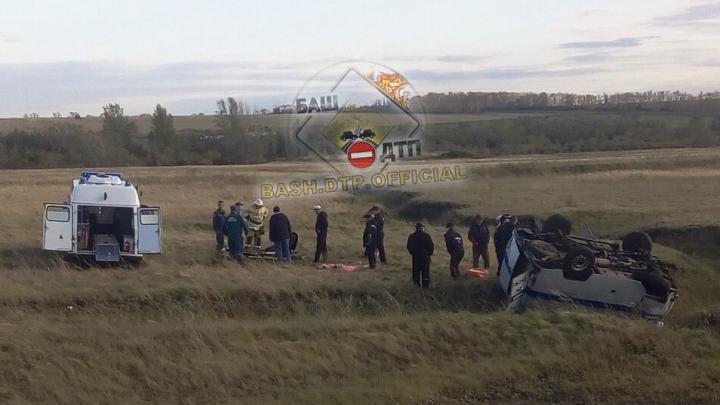 В Башкирии опрокинулся служебный автомобиль полиции.Один человек пострадал