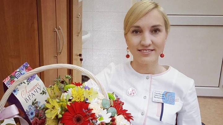 Лидера пермского профсоюза «Альянс врачей» обвинили в коррупции из-за корзинки с цветами и фруктами