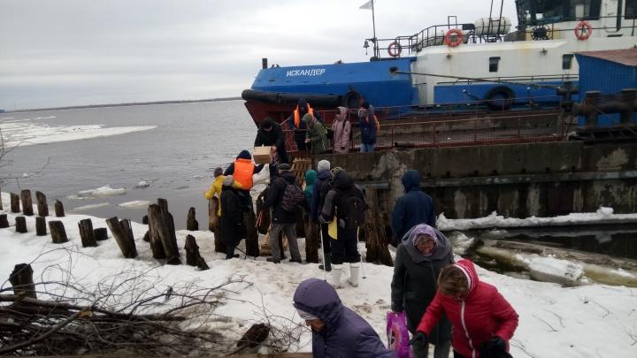 «Трос оборвался, трап упал в воду»: на Кегострове сегодня утром от берега оторвало причал