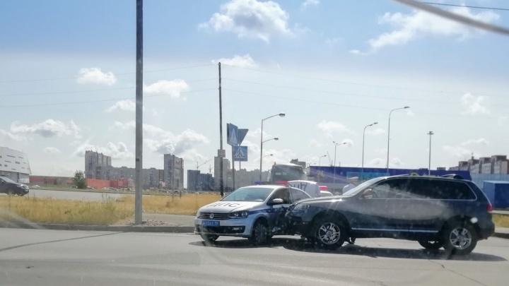 У «Арены-Омск» внедорожник врезался в машину ДПС, которая перекрывала движение для колонны с детьми