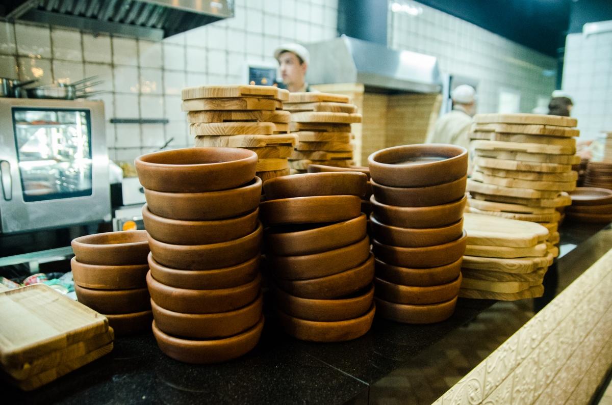 Глиняную посуду заказывали специально для ресторана — она идеально подходит для приготовления блюд грузинской кухни