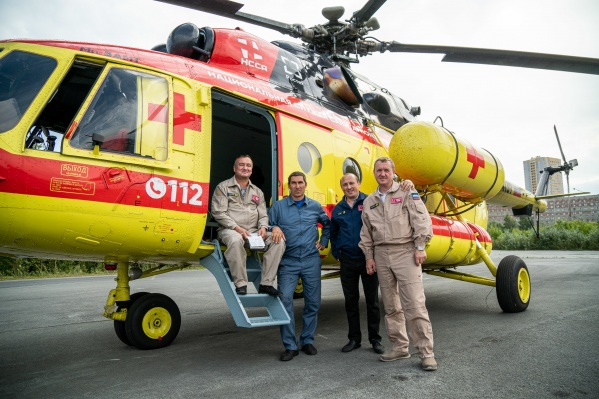 Бригада санавиации состоит из двух пилотов, механика, врача и фельдшера