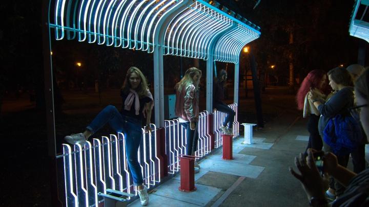 Не продержались и недели: из светящегося трамвая в сквере Мичурина украли кресла