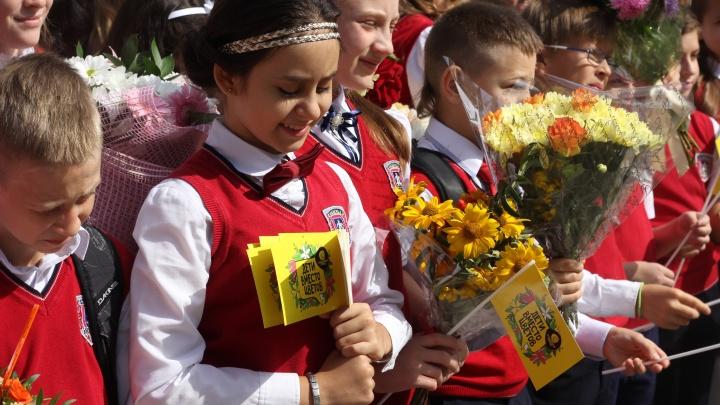 В школах Новосибирска отказались от букетов и воздушных шариков на линейках