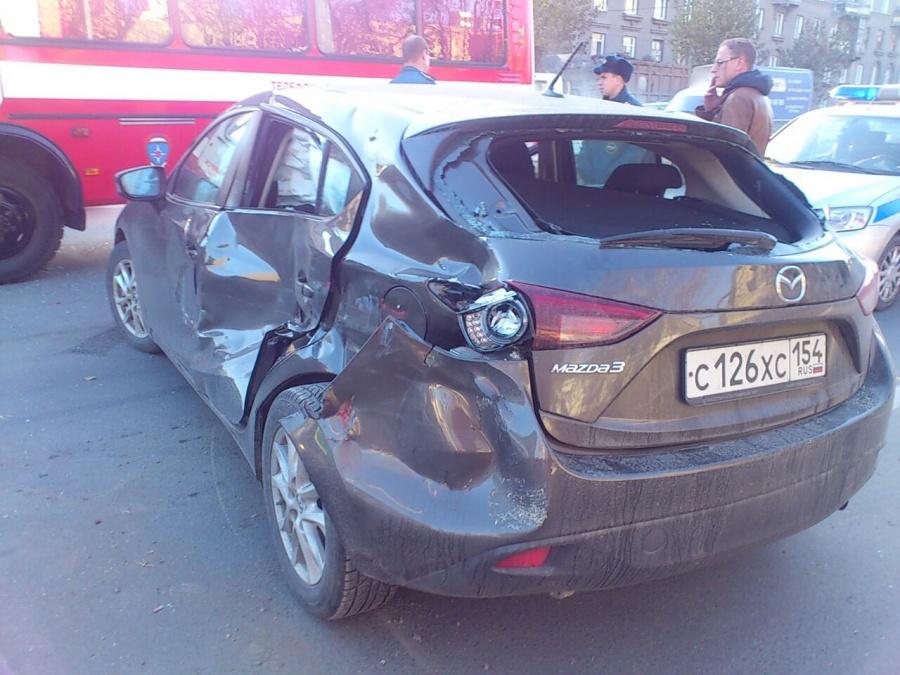 Большевистская стоит из-за дорожной аварии спожарной машиной вНовосибирске