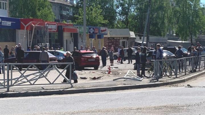 «Чтобы спасти ребёнка»: в Ярославле автомобиль проломил забор и вылетел на тротуар. Фото и видео