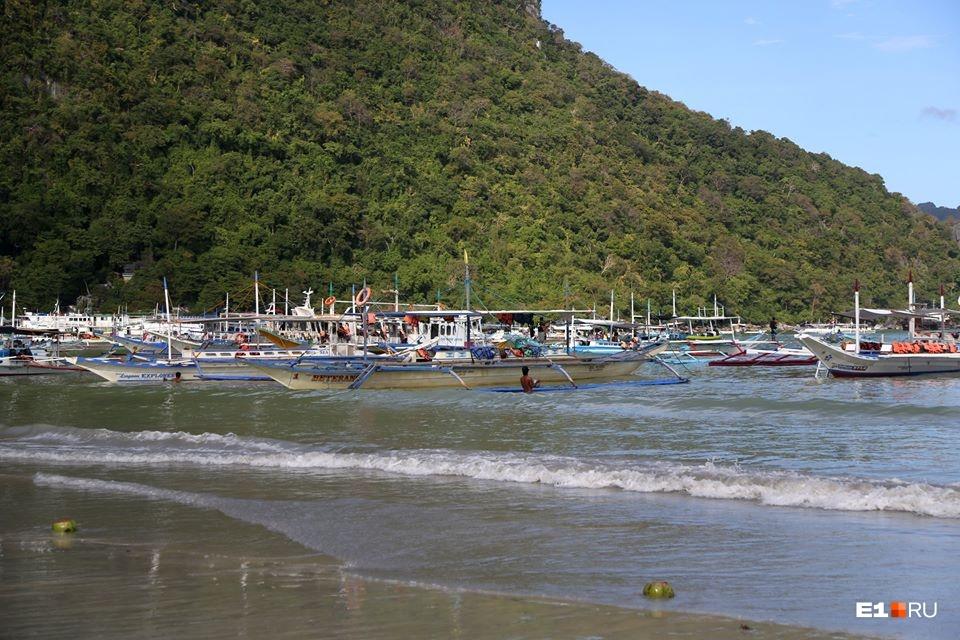 На Филиппинах можно компанией арендовать такую лодку или влезть в группу одиночек. И долго плавать между островами, или выбрать себе один — необитаемый. И высадиться на него