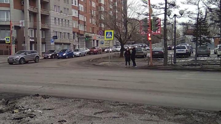 Странная работа светофора заставляет людей долго стоять у перехода на Дубровинского
